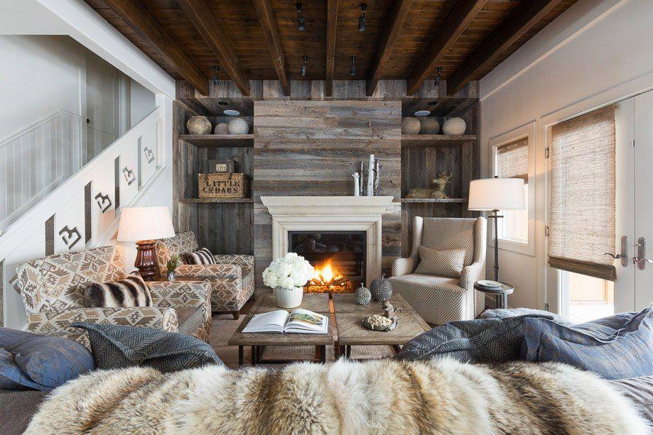 Серый ламинат на стене гостиной в стиле кантри