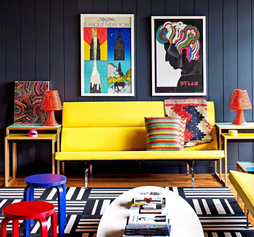 Желтый диван в гостиной стиля поп арт