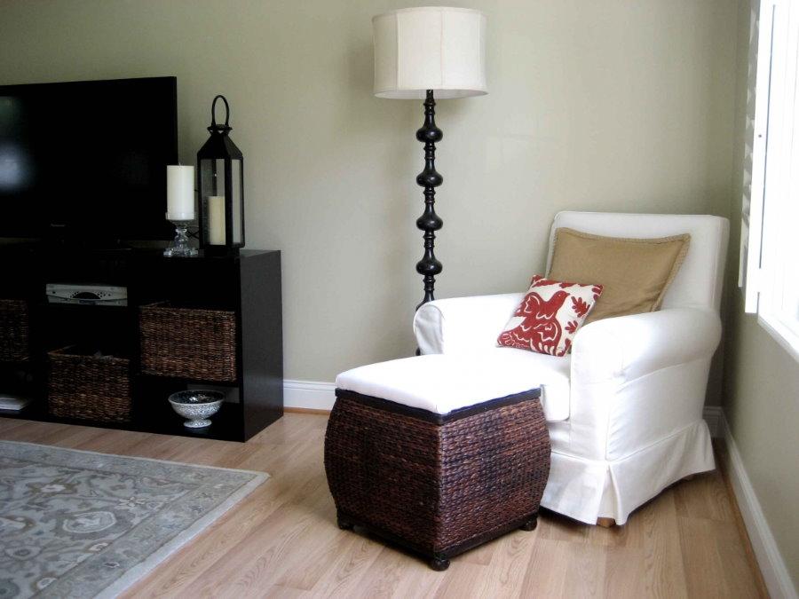 Классическое кресло с белым чехлом у окна комнаты
