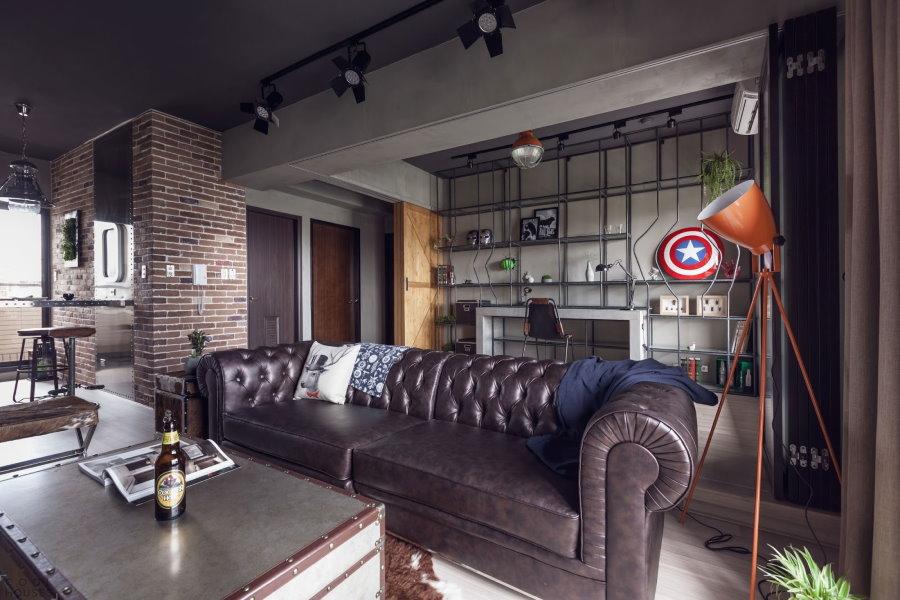 Стильный диван в квартире молодого человека