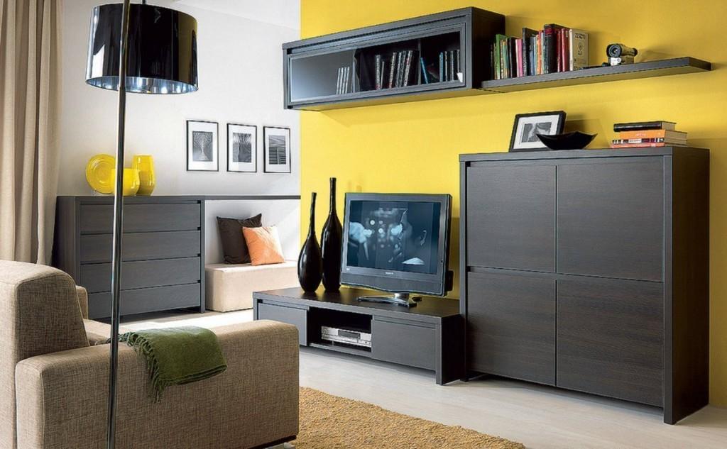 Темная мебель на фоне желтой стены гостиной