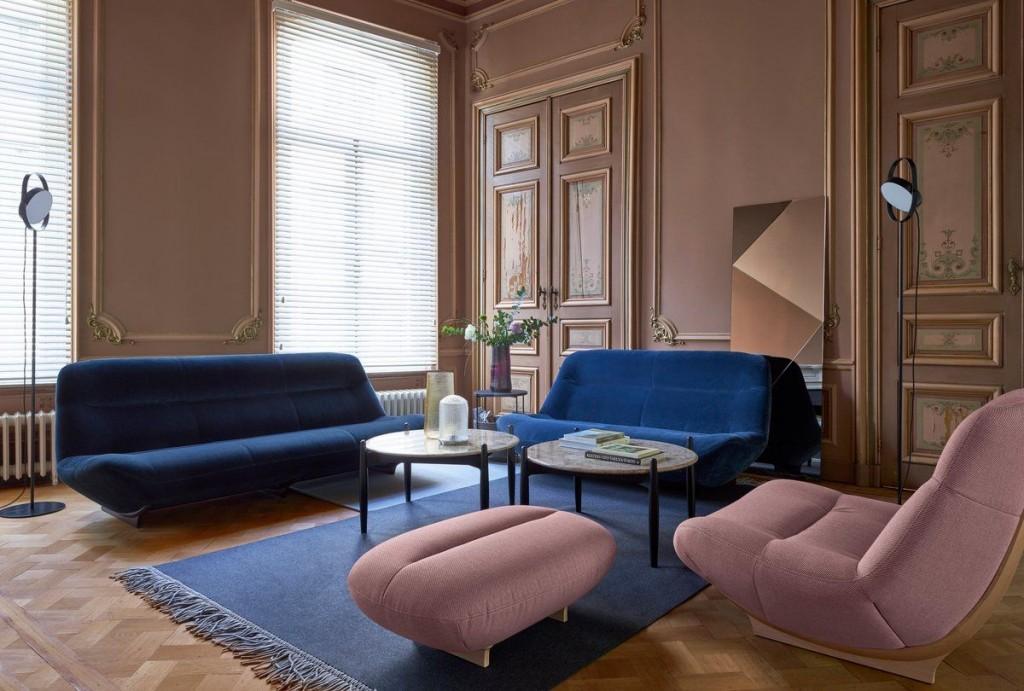 Мягкая мебель в гостиной комнате современного стиля