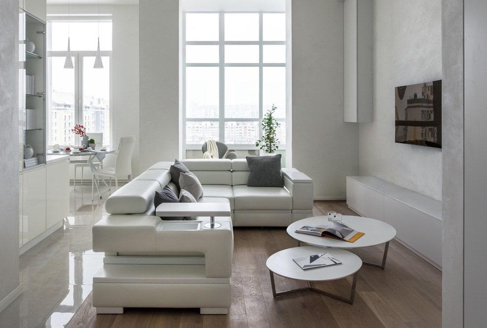 Кожаный диван в гостиной современного стиля