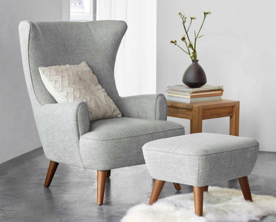 Мягкое кресло с небольшой подставкой для ног