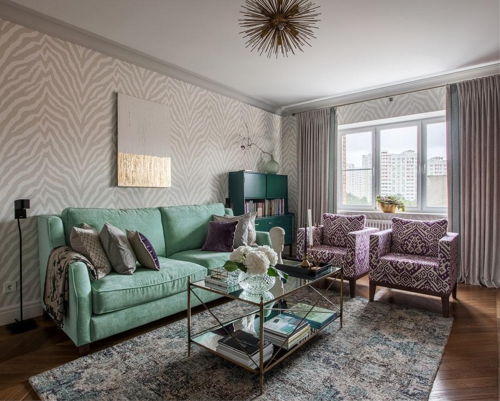 Мятный диван с гостиной со светлыми стенами