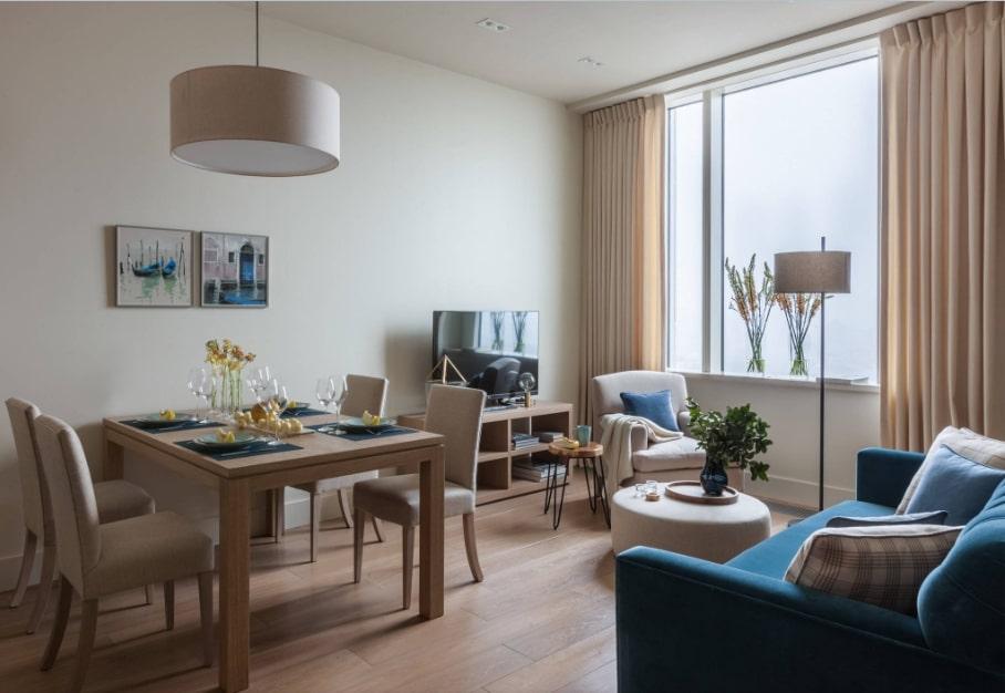 Обеденный стол в гостиной квадратной формы
