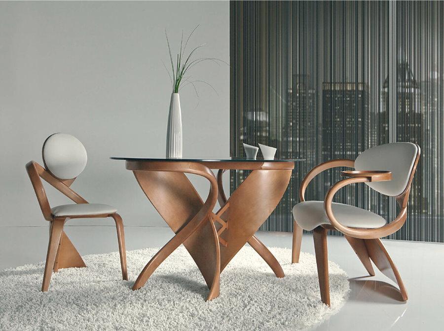 Обеденный стол в гостиной авангардного стиля