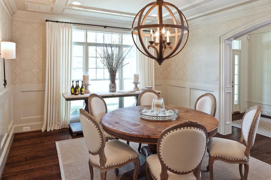 Винтажный светильник над столом в гостиной