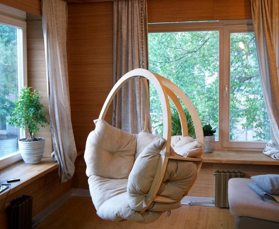 Подвесное кресло с деревянным каркасом