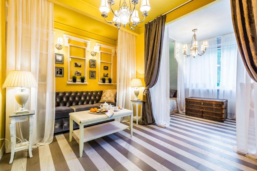 Разделение шторами на зоны комнаты с полосатым полом