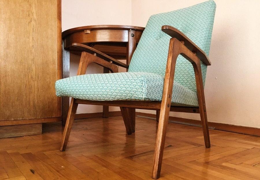 Полумягкое кресло с деревянными подлокотниками
