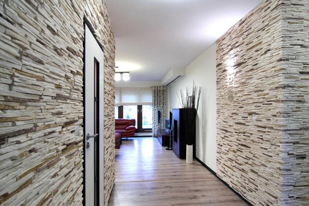 прихожая в частном доме с декоративным камнем