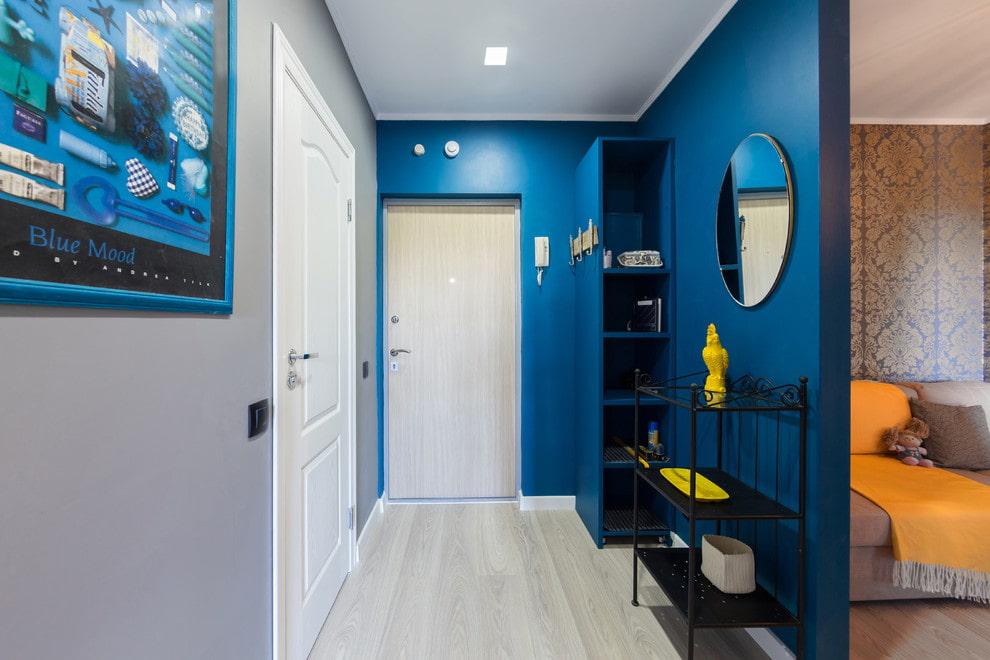 Синяя окраска стен в коридоре двухкомнатной хрущевки