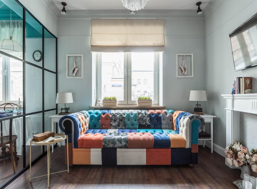 Пестрая обивка дивана в маленькой гостиной