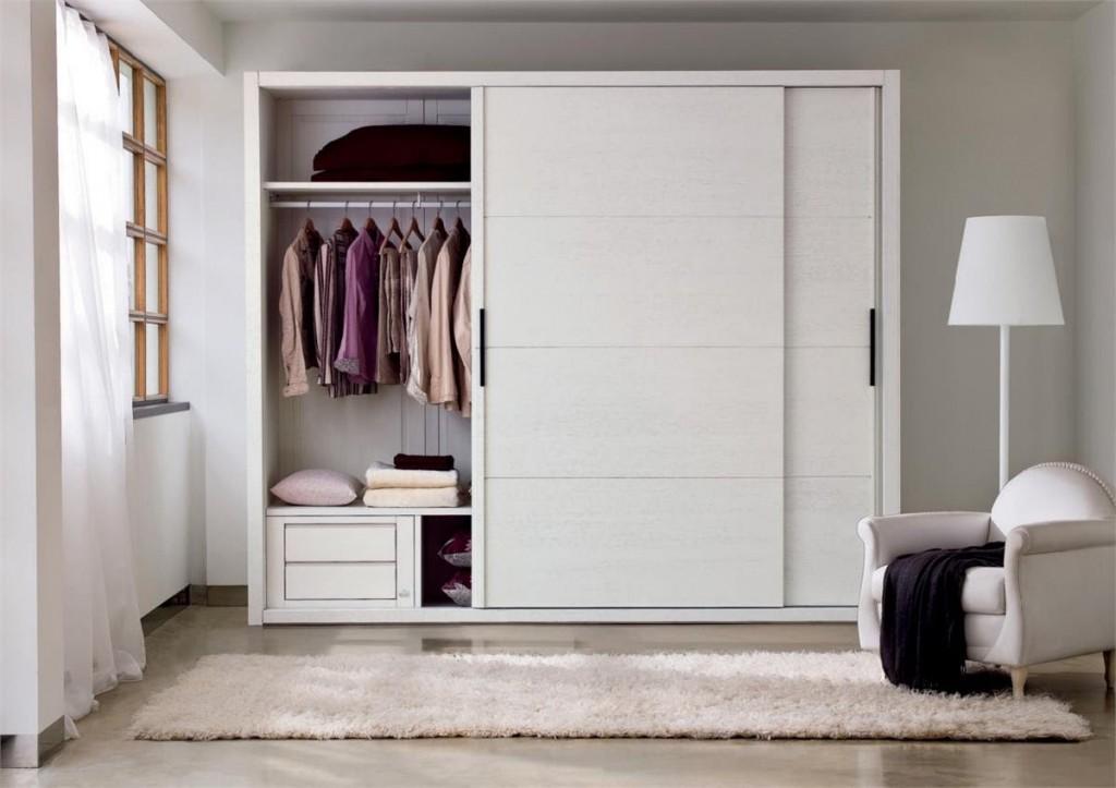 Раздвижной шкаф вдоль стены в гостиной