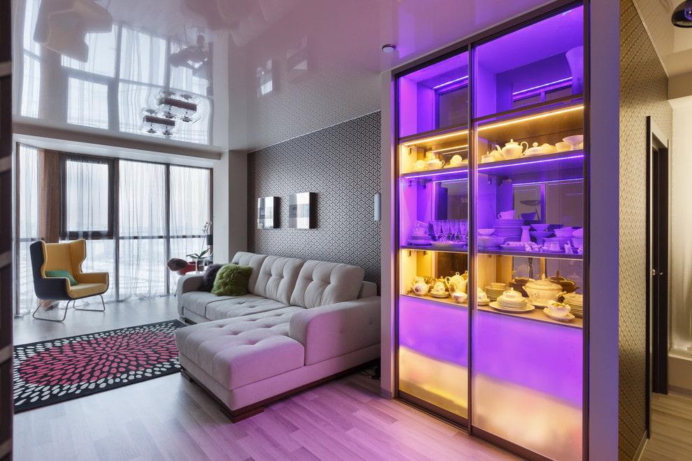 Посудный шкаф с разноцветной подсветкой в гостиной комнате