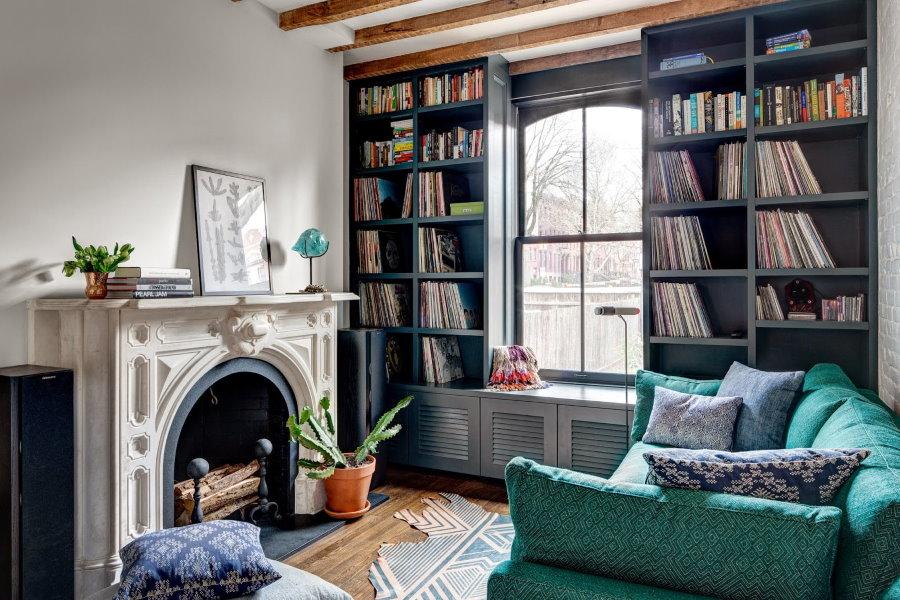 Место для книжных шкафов в гостиной с камином