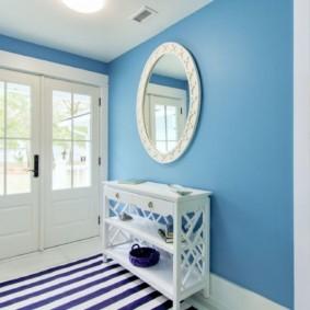 Синие обои под покраску в прихожей частного дома