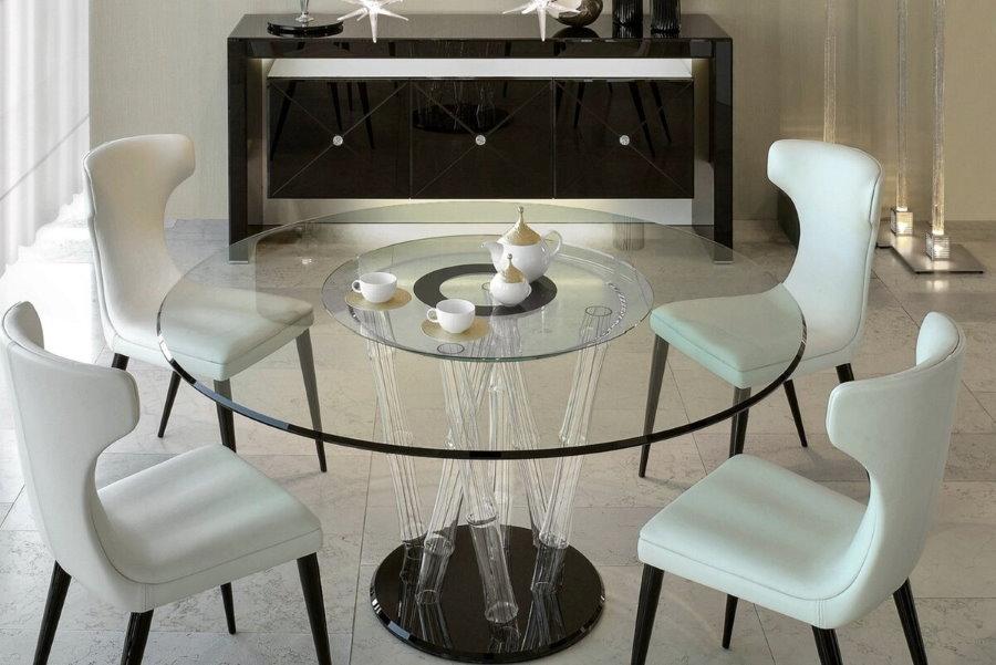 Стеклянный стол для обедов в гостиной