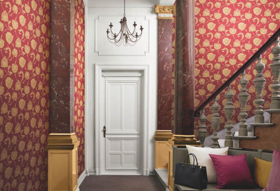 Текстильные обои в прихожей с лестницей