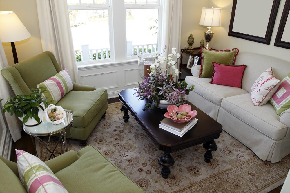 Зеленые кресла в небольшой комнате с диваном