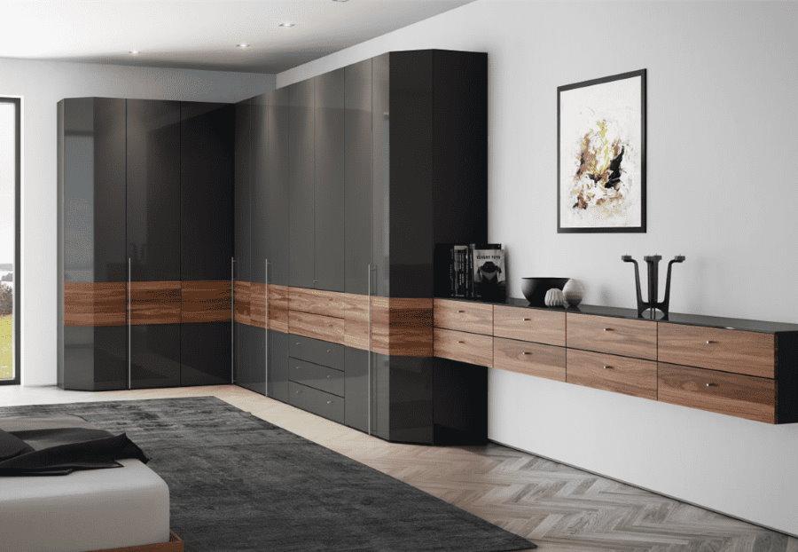 Массивный угловой шкаф в гостиной современного стиля