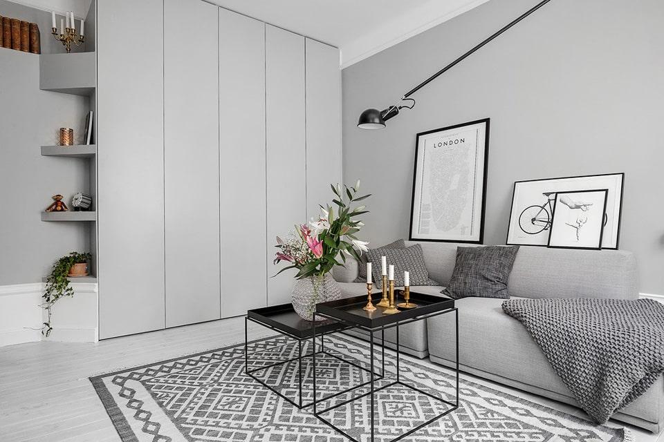 Интерьер серой гостиной со шкафами