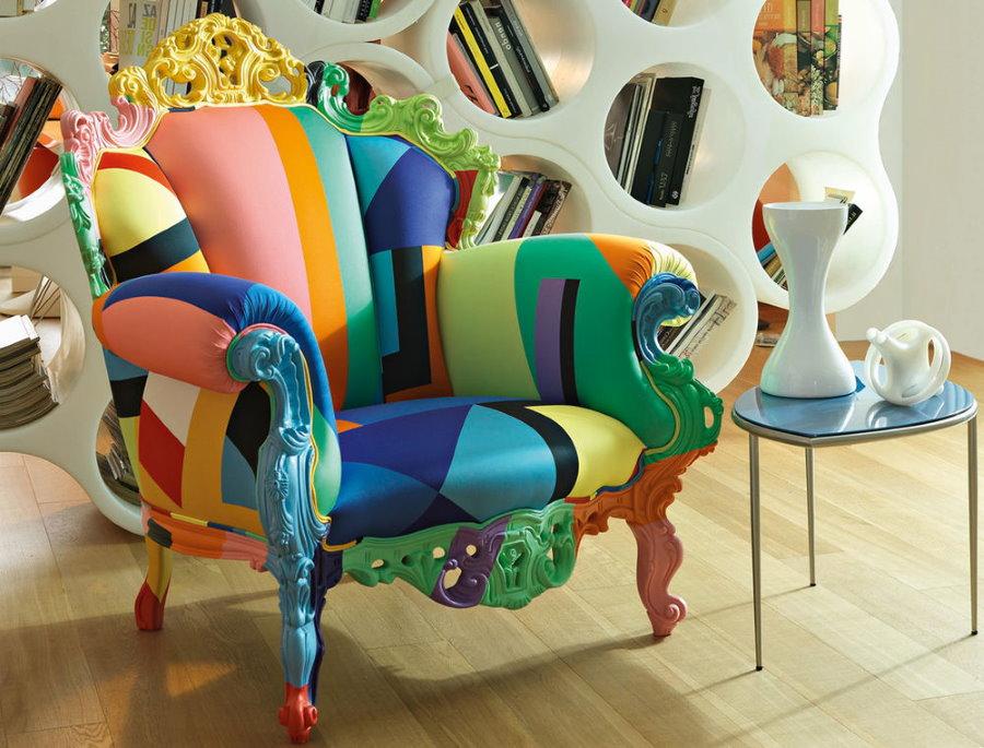 Стильное кресло с яркой обивкой из кожезаменителя