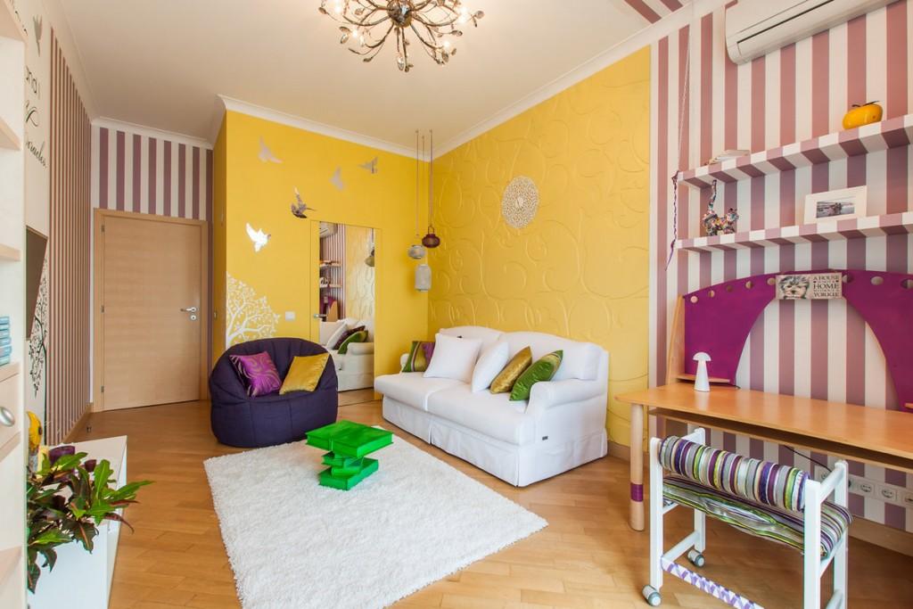 Желтые стены в зоне отдыха гостиной комнаты