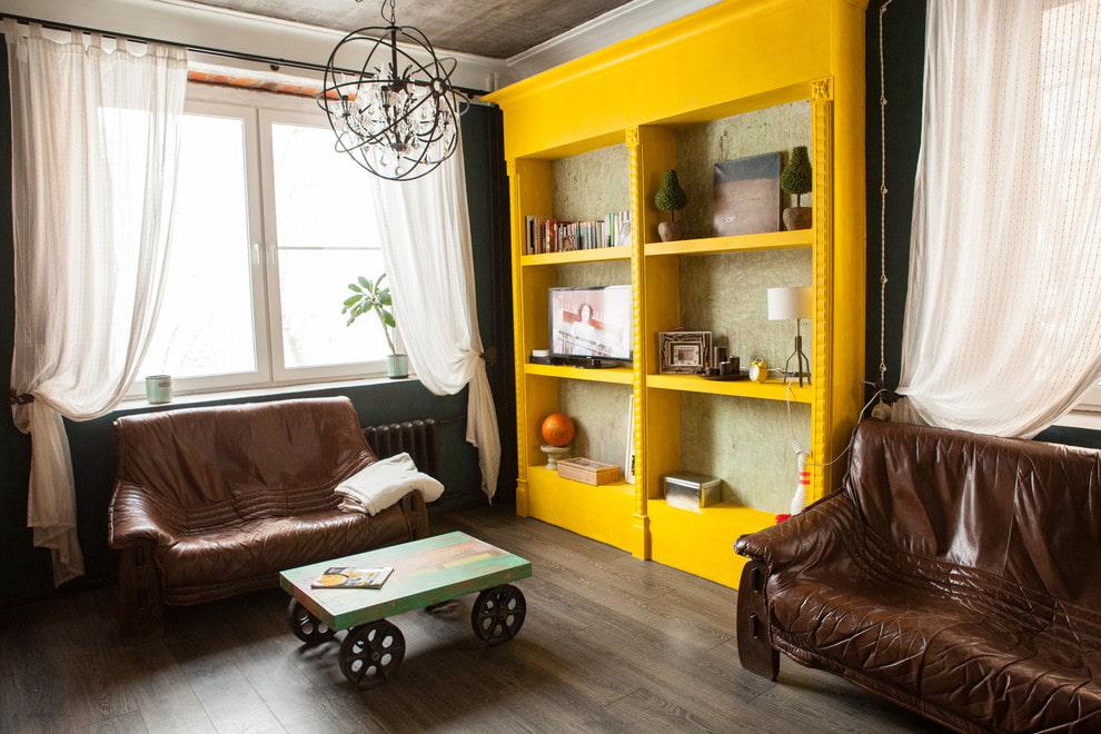 Ярко-желтый шкаф для декораций в гостиной