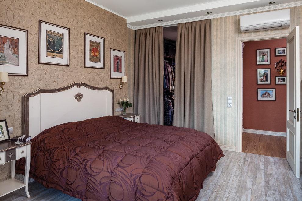 Гардероб за плотными шторами в спальной комнате
