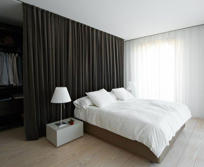 Черная штора в спальной комнате минималистического стиля