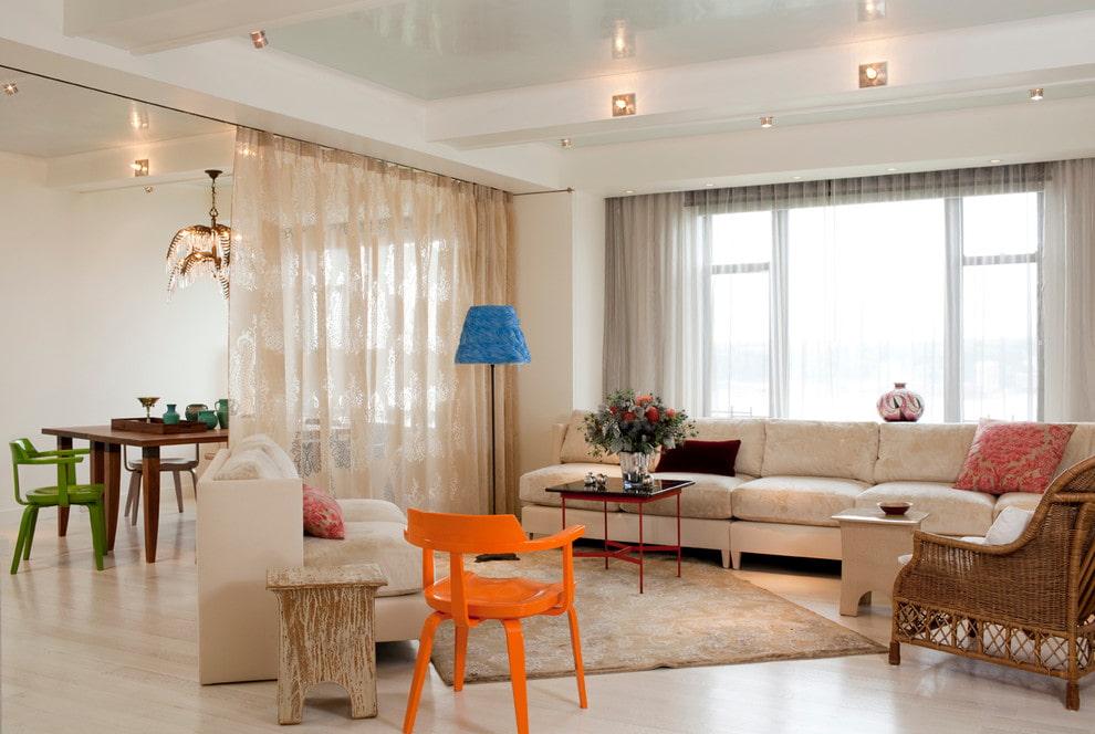 Разделение кухни и гостиной легкими занавесками