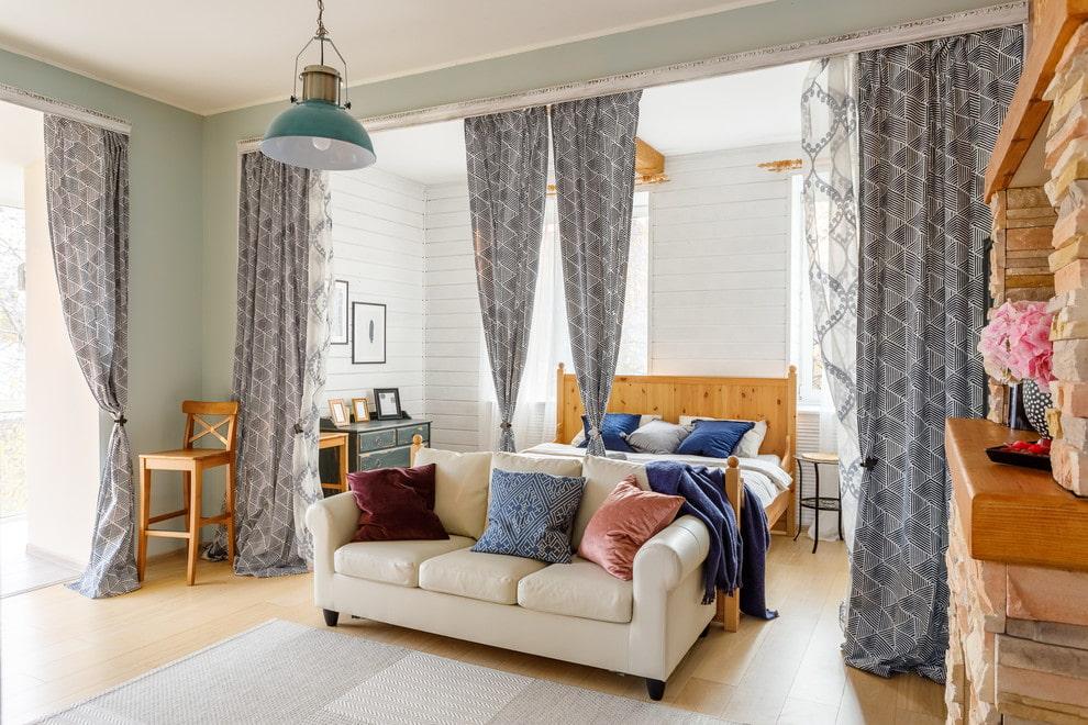 Зонирование комнаты отдыха серыми шторами