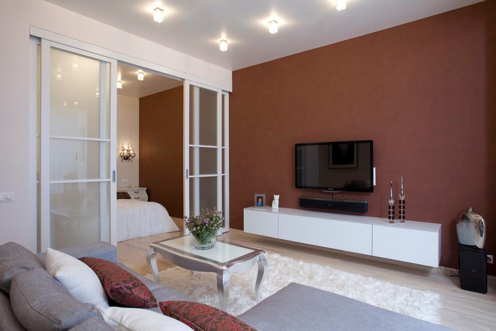 Белая перегородка в гостиной с коричневыми стенами