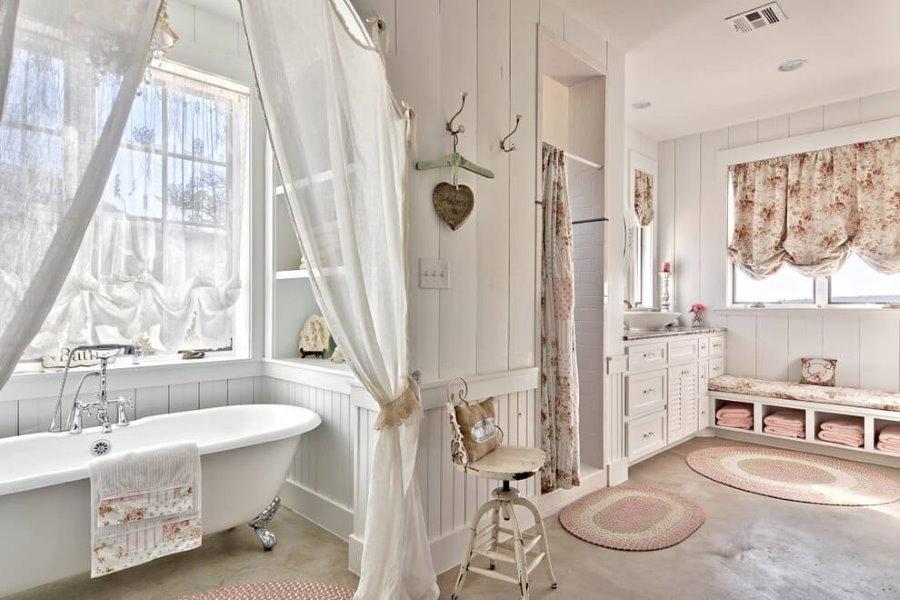 Интерьер просторной ванной в стиле прованс