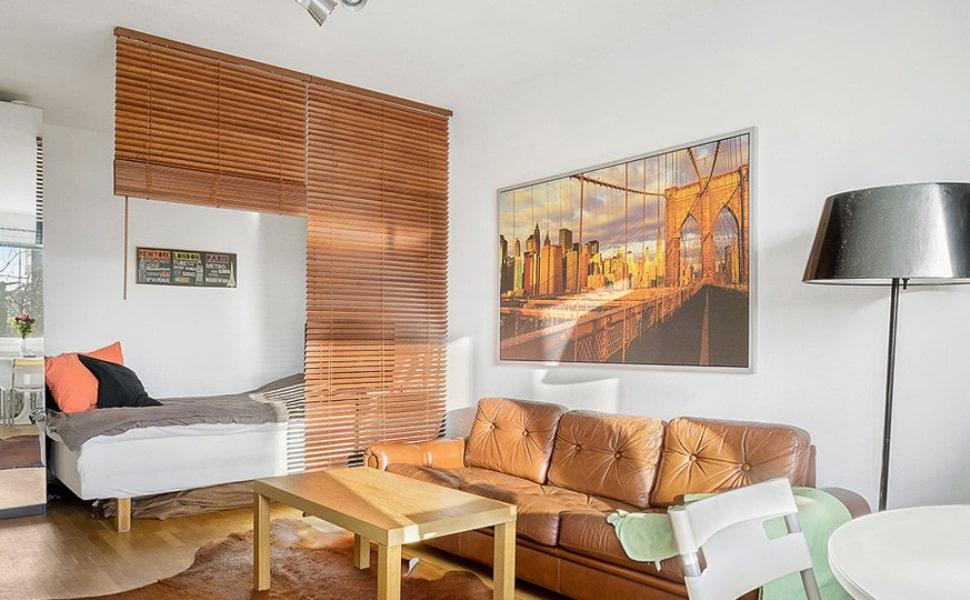 Зонирование спальни-гостиной деревянными жалюзи