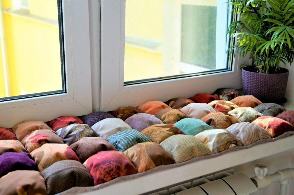 Идеи как обустроить зону отдыха на подоконнике