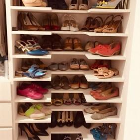 Полочки из ДСП для хранения обуви в шкафу