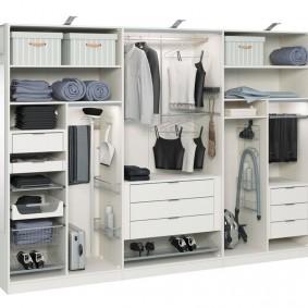 Пример наполнения купейного шкафа с тремя створками