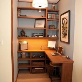 Угловой стол в домашнем мини-кабинете