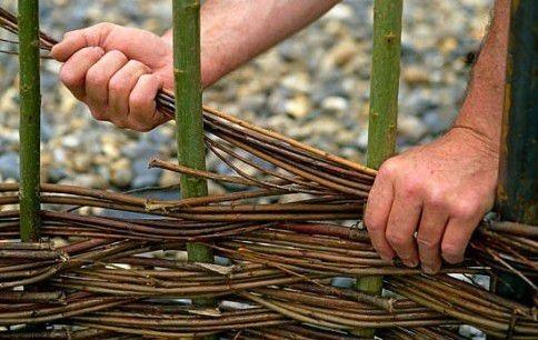 Как самому сделать плетеный забор из ивовой лозы: необходимые материалы, подробная инструкция