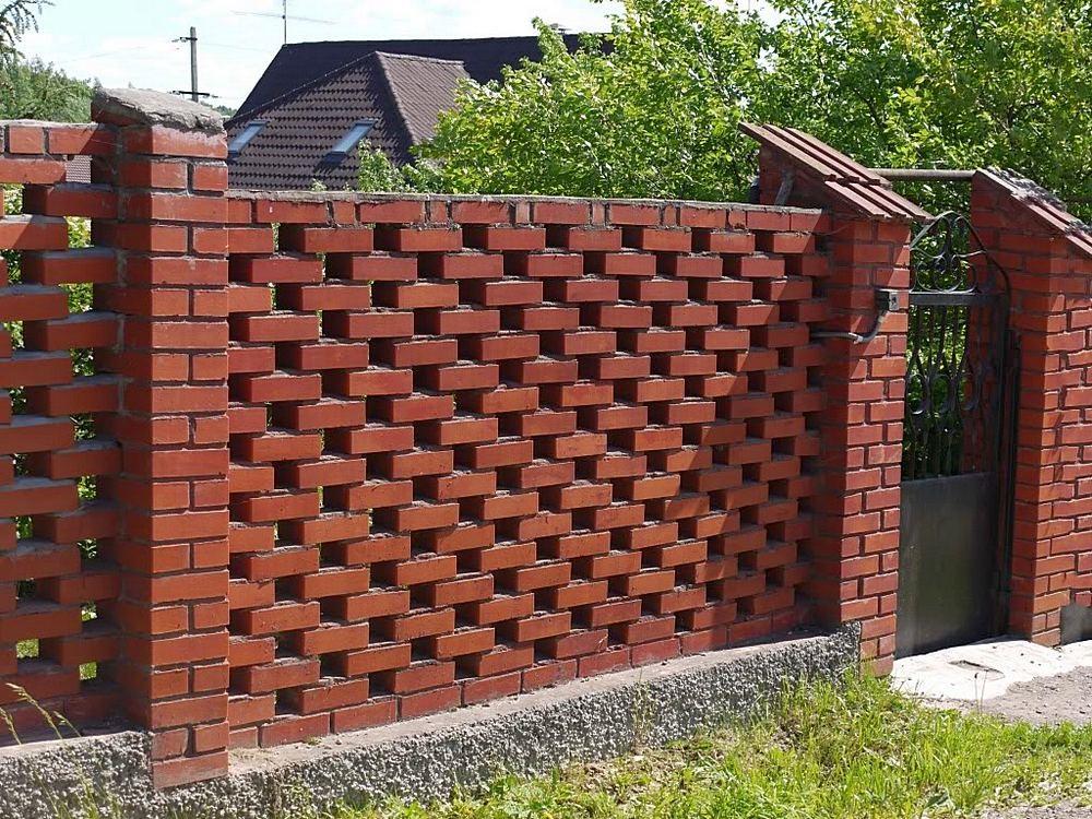 Кирпичный забор для участка: особенности установки и эксплуатации