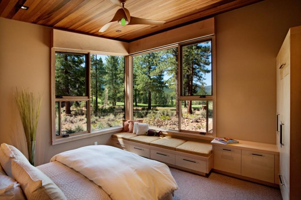 Угловое окно в уютной спальне загородного дома