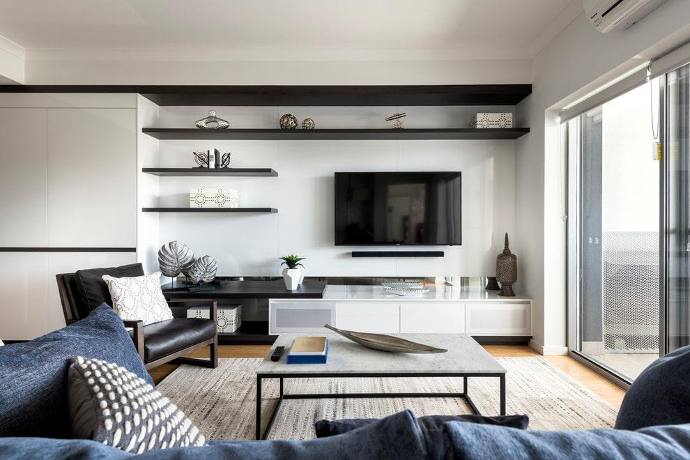 Черные полки на стене с телевизором