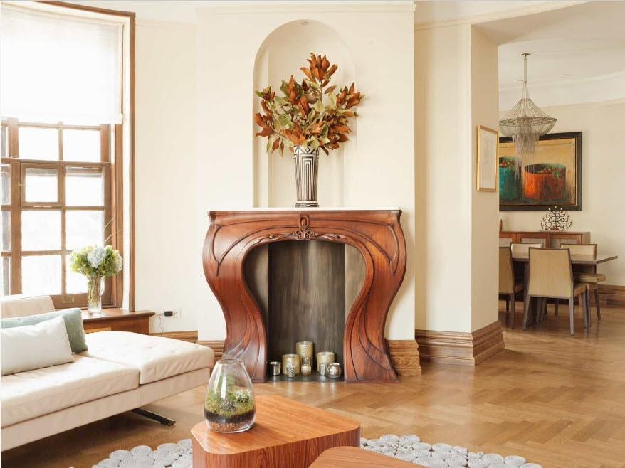 Декоративный камин из массива дерева в гостиной комнате