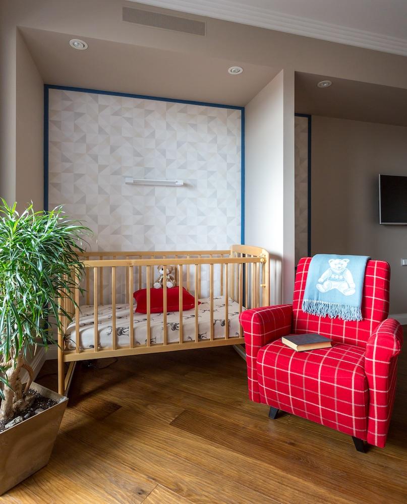 Детская кроватка в нише стены квартиры молодой семьи
