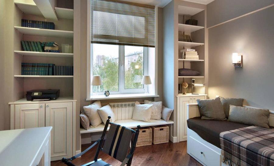 Небольшой диванчик перед окном маленькой комнаты