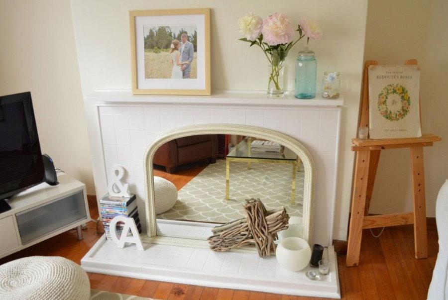 Фальш-камин с зеркалом в небольшой гостиной