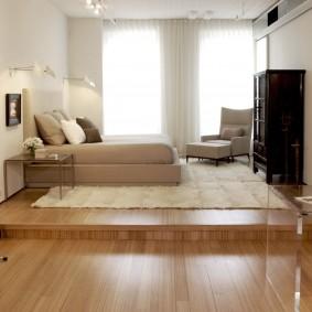 Невысокий подиум в спальне-гостиной